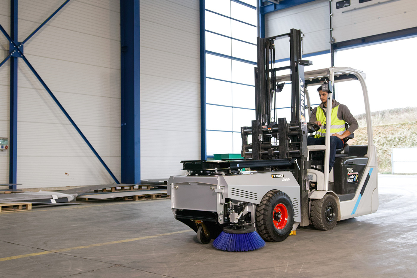 Clean'Box operates by simply pushing with the forklift truck