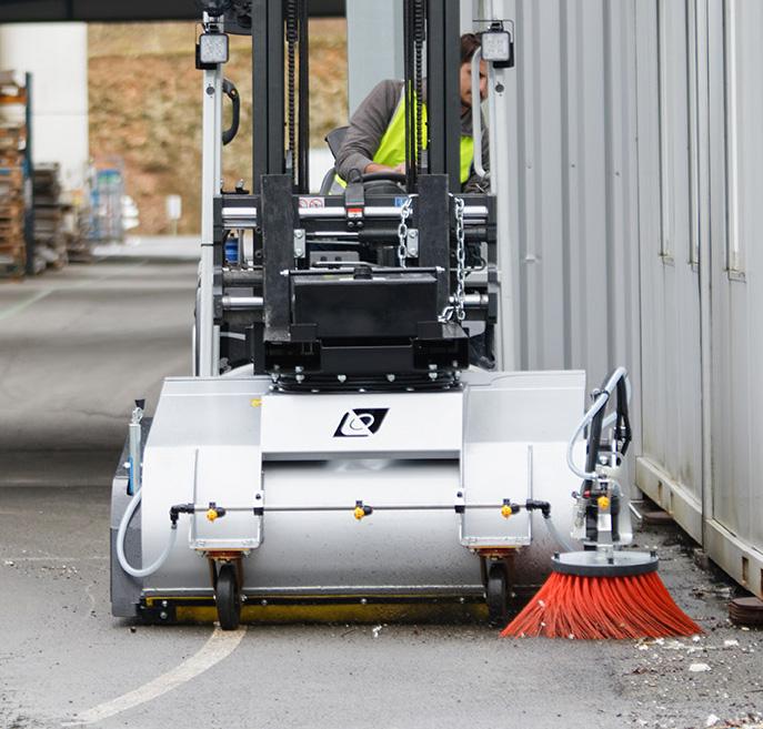Balayeuse leader'clean en action de nettoyage, montée sur un chariot élévateur