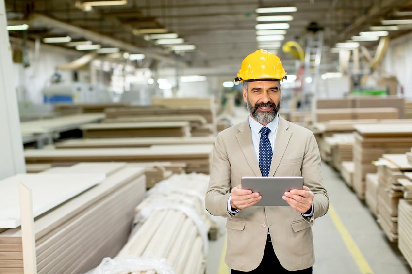Image d'un directeur d'usine faisant part de La propreté industrielle qui permet d'augmenter sa rentabilité et diminuer les accidents de travail