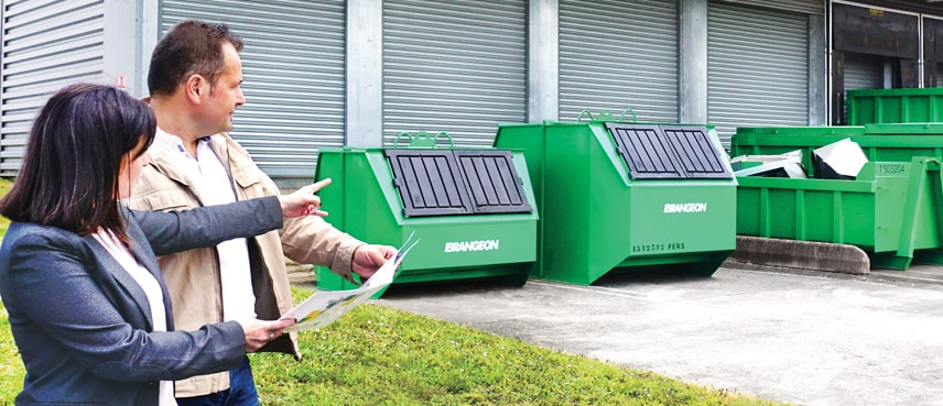 Balayeuse sur chariot utilisée par une société de recyclage