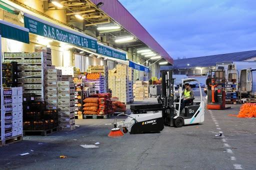Kehrmaschine an Gabelstapler bei der Reinigung im Hof des internationalen Marktes MERCADIS